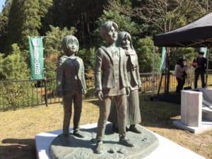 『進撃の巨人』の作者・諫山創さん、地元大分県で銅像の除幕式に登場